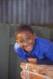 Männliches Kind des Afroamerikaners, das draußen spielt lizenzfreies stockfoto