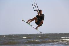 Männliches kitesurfer, das große Luft auflädt Lizenzfreies Stockfoto
