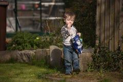 Männliches Kleinkind, das Chips isst lizenzfreie stockbilder