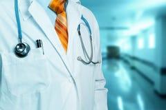 Männliches Krankenhaus Doktor-In Clinic Or Konzept des globalen Gesundheitswesens und der Medizin lizenzfreies stockbild