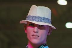 Männliches Mannequin mit Hut, Rostov-On-Don, Russland, am 9. Mai 2012 Foto im Einkaufszentrum gemacht Lizenzfreie Stockbilder