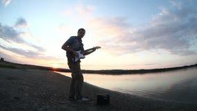Männliches Manngitarriststraßen-Musikerspielen stock video