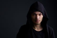 Männliches Mode-Modell auf schwarzem Hintergrund lizenzfreie stockfotos