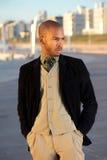 Männliches Mode-Modell, das draußen aufwirft Stockbild