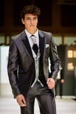 Männliches Modell auf tragendem Bräutigamanzug der Brücke lizenzfreies stockfoto