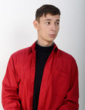 Männliches Modell, das ein rotes Hemd trägt Stockfotos