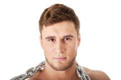 Männliches Modell der wohlen Gestalt mit Ketten über seinem Hals Lizenzfreie Stockfotos