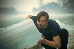 Männliches Modeporträt Befugnis und Stärke des Mannes mit gefrorenem Hügel Lizenzfreie Stockbilder