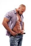 Männliches muskulöses Baumuster mit geöffnetem Hemd lizenzfreie stockbilder