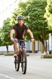 Männliches Radfahrertraining im Stadtzentrum Stockfotografie