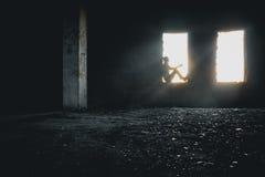 Männliches Schattenbild im Fenster Lizenzfreie Stockfotos