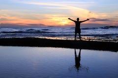 Männliches Schattenbild am Sonnenuntergang Lizenzfreie Stockfotos