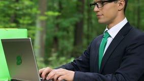 Männliches Schreiben auf dem Laptop, der frische Luft, kalte Entlastungsmedizin tief einatmet stock video footage