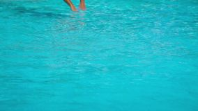Männliches Schwimmer-Jumping Into The-Pool stock footage
