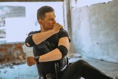 Männliches spezielles solider mit Tarnung eine Selbstverteidigungsübung mit Messer tun lizenzfreie stockfotografie