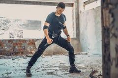 Männliches spezielles solider mit Tarnung eine Selbstverteidigungsübung mit Messer tun lizenzfreies stockfoto