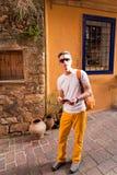 Männliches touristisches Gehen in die alte Stadt Lizenzfreie Stockfotografie