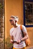 Männliches touristisches Gehen in die alte Stadt Stockfoto