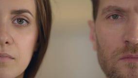 Männliches und weibliches halbes Gesicht, das Kamera, Gleichberechtigung der Geschlechter, Meinungsumfrage untersucht stock footage