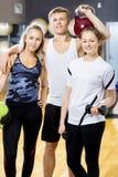 Männliches und weibliches Training Team Standing Together In Gym Lizenzfreies Stockbild