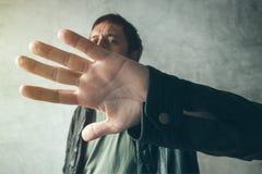 Männliches versteckendes Gesicht der Promi von den Paparazziphotographen Stockfoto