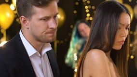 Männliches Versuchen, mit eifersüchtiger Freundin an der Partei, ernste Handlung Damengefühls zu sprechen stock video footage