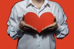 Männliches weißes Hemd diese Holding ein großes rotes Herz lizenzfreie stockbilder