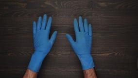Mäns händer i hushållhandskar arkivfilmer