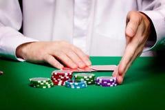 Mäns händer, leka kort och chiper Royaltyfri Fotografi