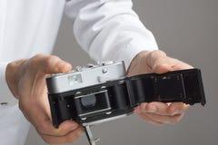 Mäns händer med tappningkameran fotografering för bildbyråer