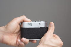 Mäns händer med tappningkameran arkivfoto