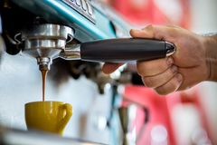 Mäns händer som gör espresso i ett kafé arkivbild