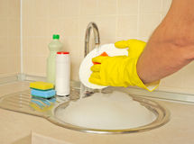 Mäns händer som tvättar maträtten Royaltyfri Fotografi