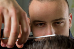 Mäns hårklipp med sax i en skönhetsalong arkivfoto