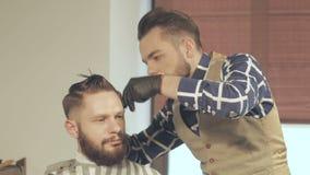 Mäns hairstyling och haircutting med hårclipperen i en barberare shoppar eller hårsalongen arkivfilmer