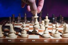 Mäns handflyttning schacket Arkivfoton
