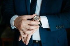 Mäns klocka på hans handnärbild Royaltyfria Foton