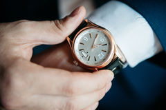 Mäns klocka på hans handnärbild royaltyfri fotografi