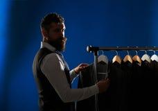 Mäns lothing som shoppar i boutique Skräddare som anpassar Mandräkt, skräddare i hans seminarium Elegant mans hänga för dräkter arkivfoton