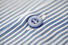 Mäns skjorta, blåttknapp Arkivbild