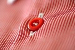 Mäns skjorta, röd knapp Fotografering för Bildbyråer