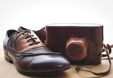 Mäns skor och kamera Royaltyfri Bild