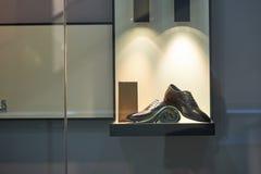 Mäns snörde åt skor Arkivfoto