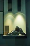 Mäns snörde åt skor Arkivfoton