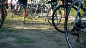 Mäns tagande cyklar till konkurrens för ironman för starttriathlonavstånd tävlings- stock video