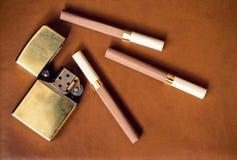 Mäns tillbehör, guld- tändare och cigaretter på Royaltyfria Foton