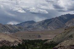 Mänsklig bosättning för Ladakh landskapvisning och Himalayan berg i bakgrunden Royaltyfria Bilder