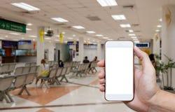 Mänsklig hållande tom skärm av smart telefon och väntande ankomster t arkivfoton