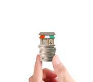 Mänsklig hand för hand som sätter myntet till pengar Arkivfoto