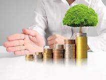 Mänsklig hand för hand som sätter myntet till pengar Fotografering för Bildbyråer